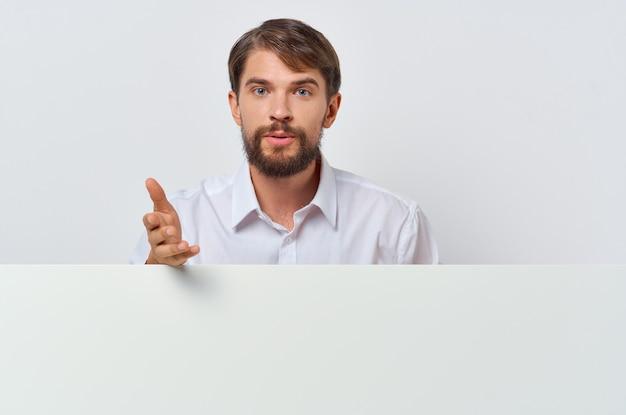 Weißbuch des bärtigen mannes in den händen des marketings mit weißem hintergrund
