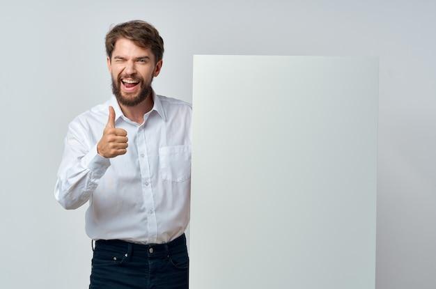 Weißbuch des fröhlichen mannes in den händen des marketings lokalisierter hintergrund