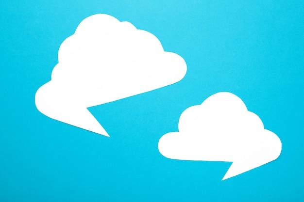 Weißbuch-sprechblasen auf blauem hintergrund