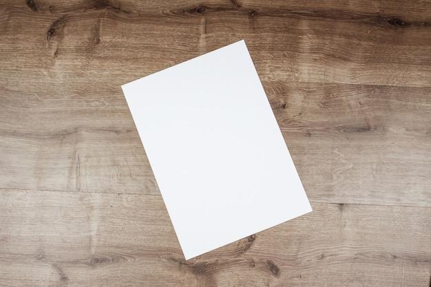 Weißbuch und platz für text auf altem hölzernem hintergrund