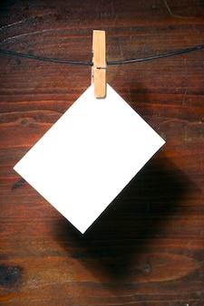 Weißbuch wäscheklammer seil über grunge holz hintergrund