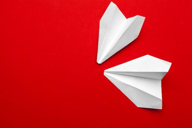 Weißbuchflugzeug auf einem rot