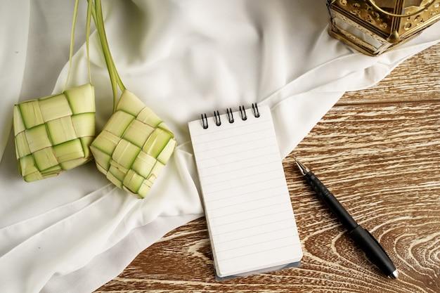 Weißbuchnotiz mit ketupat