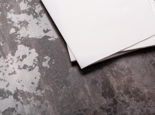 Weißbuchserviette auf grauem steintischhintergrund.