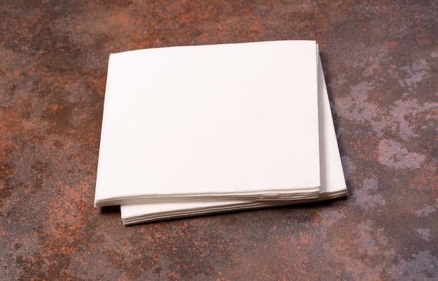 Weißbuchserviette auf steintischhintergrund.