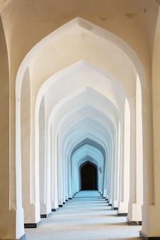 Weiße arabische bögen in der kolon-moschee. buchara. usbekistan. zentralasien.