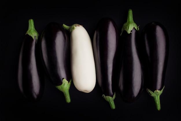 Weiße aubergine schwarze aubergine. konzept rassismus toleranz unterschied gleichgewicht