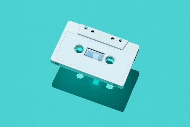 Weiße audiokassette mit schatten.