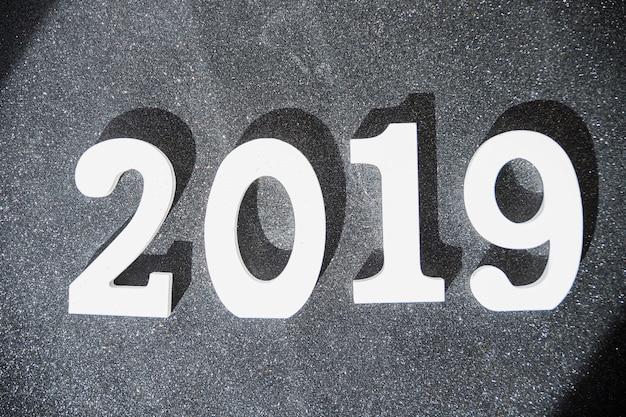 Weiße aufschrift 2019 auf grauer tabelle