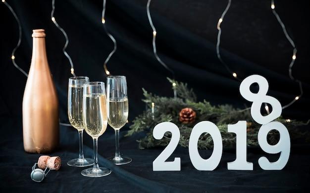 Weiße aufschrift 2019 mit gläsern auf tabelle
