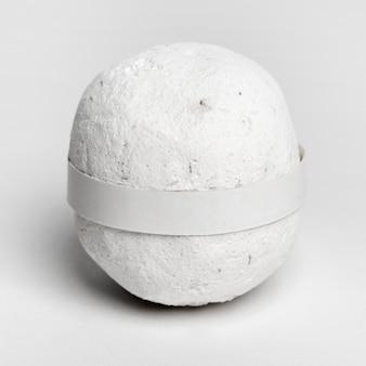 Weiße badebombe auf weißem hintergrund