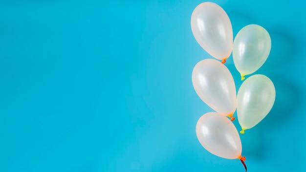 Weiße ballone auf blauem hintergrund