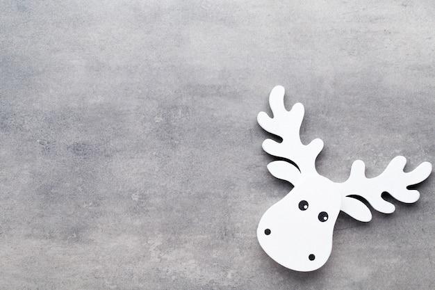 Weiße baumschmuck auf einem grau