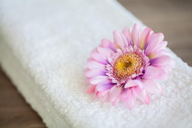 Weiße baumwolltücher verwenden im badekurort-badezimmer, tuch-konzept
