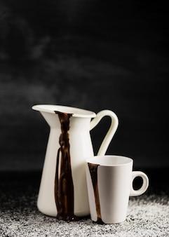 Weiße behälter mit geschmolzener schokolade gefüllt