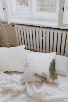 Weiße bettwäsche in einem schlafzimmer