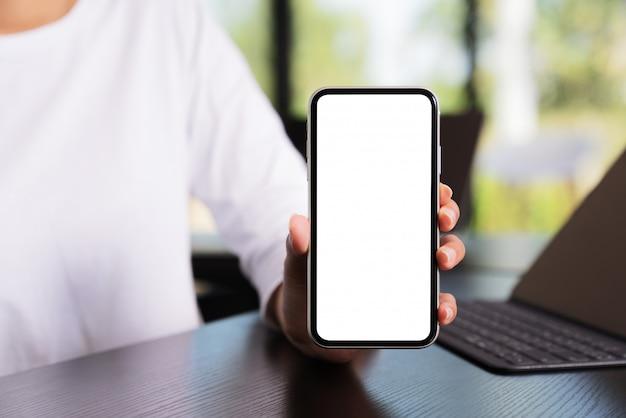 Weiße bildschirmanzeige des telefons auf handbeschneidungspfad innen