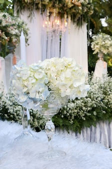 Weiße blume auf vase