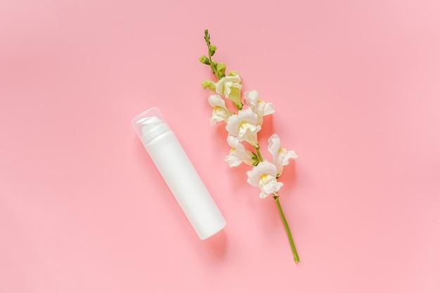 Weiße blume und kosmetik