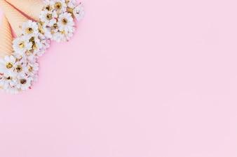 Weiße Blumen in Waffelkegeln