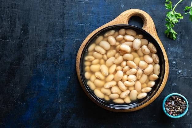 Weiße bohnen gekochte hülsenfrüchte bereit, bohnen diät auf dem tisch gesundes essen veganes oder vegetarisches essen zu essen