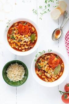 Weiße bohnen in hausgemachter tomatensauce gekocht