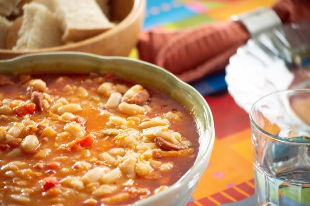 Weiße bohnen mit chorizo. traditionelles spanisches essen