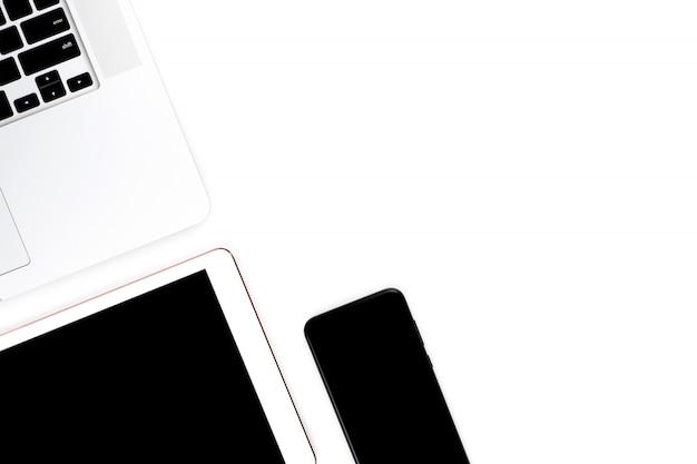 Weiße bürotische und bürogeräte: laptops, tablets, telefone, draufsicht mit kopierraum.