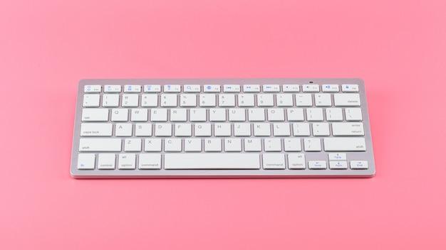 Weiße computertastatur auf rosa.