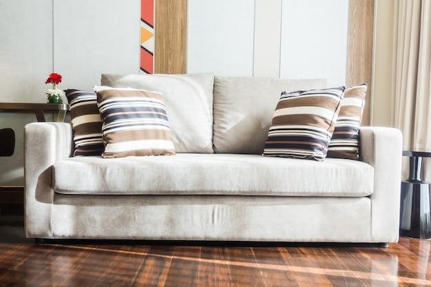 Weiße couch mit kissen