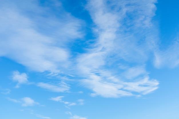 Weiße cumuluswolken in einem freien idyllischen blauen himmel am sonnigen sommertag, nahaufnahme.