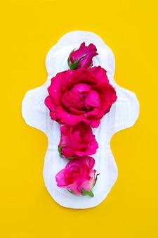 Weiße damenbinde mit roten rosen auf gelber oberfläche
