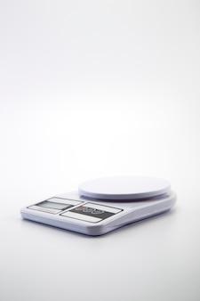 Weiße digitale küchenwaage grau