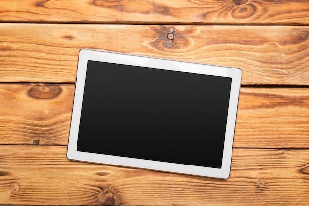 Weiße digitale tablette auf holztisch
