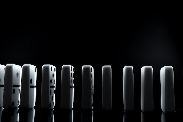 Weiße dominosteine im dunkeln