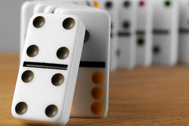 Weiße dominowürfel auf einem holztisch