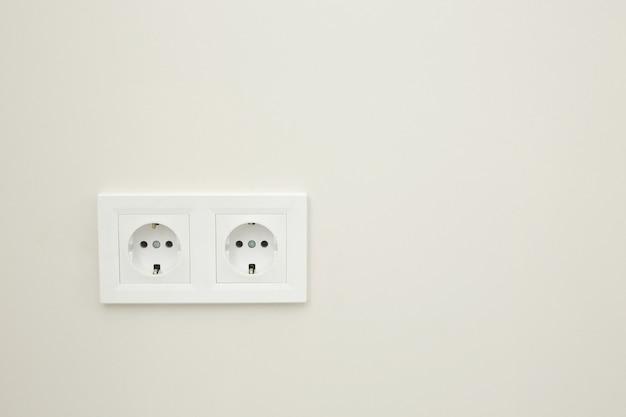 Weiße doppelsteckdose auf weißem hintergrund. elektrischer stecker. europäische hochspannungssteckdosen 220 w. hochauflösendes foto.