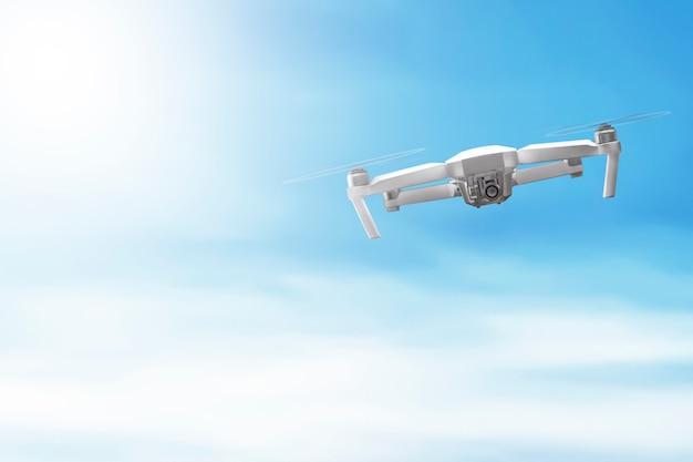 Weiße drohne mit kamera fliegen