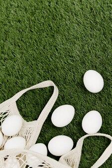 Weiße eier auf einer grünen rasendekoration
