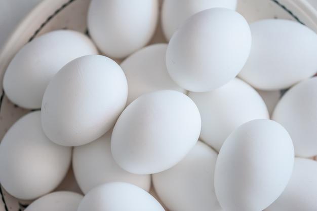 Weiße eier auf einer platte. bio-dorfeier.