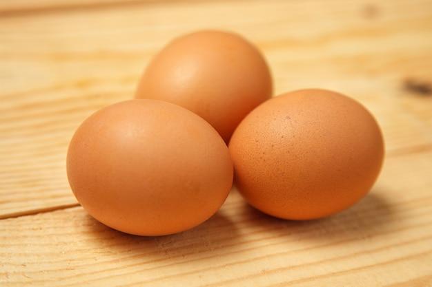 Weiße eier auf leinwand über hölzernem hintergrund