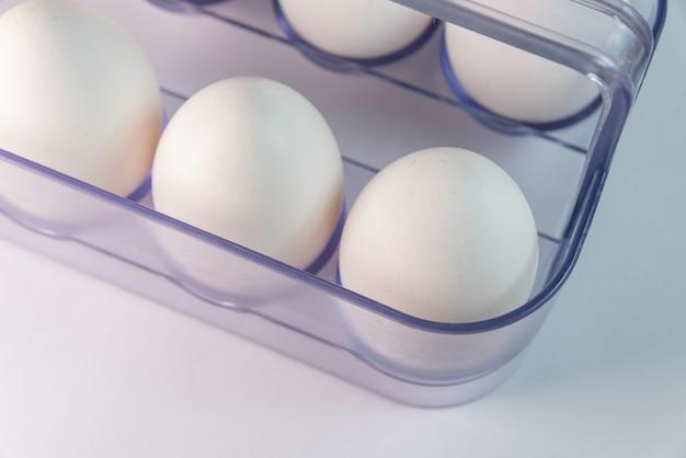 Weiße eier auf weißem hintergrund