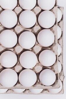Weiße eier einer henne in harmloser pappverpackung