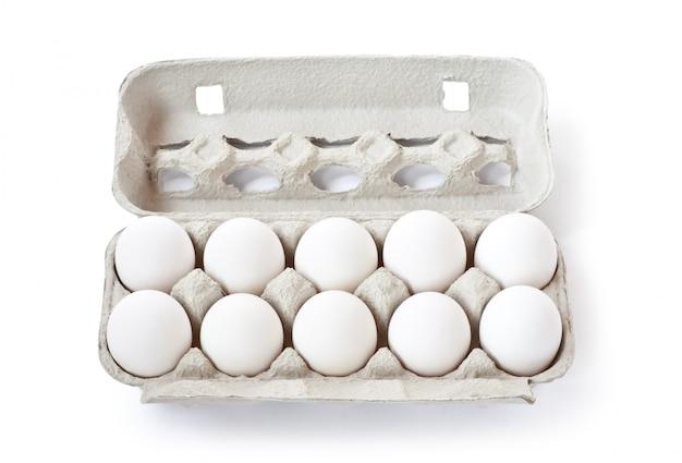 Weiße eier im karton lokalisiert auf weiß