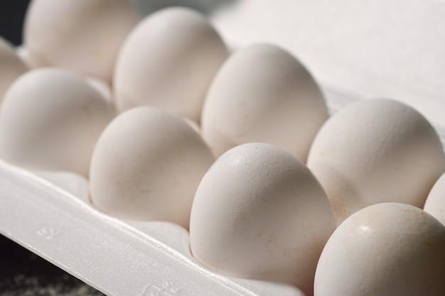 Weiße eier in einem weißen kasten, selektiver fokus