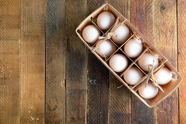 Weiße eier in einer umweltfreundlichen holzverpackung