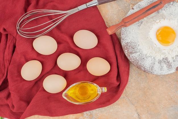 Weiße eier mit eigelb, mehl und öl
