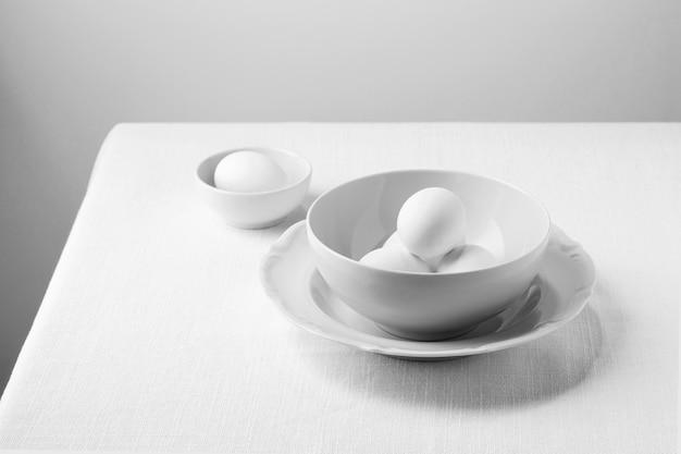 Weiße eier mit hohem winkel in der schüssel