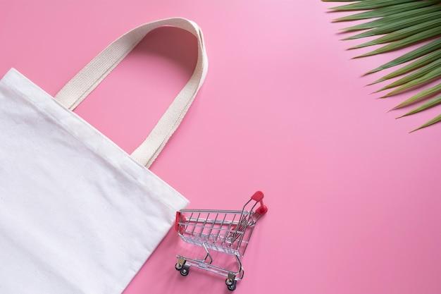 Weiße einkaufstasche canvas stoff und warenkorb hacken