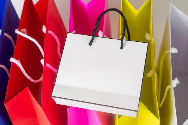 Weiße einkaufstasche einer farbe einkaufstasche und kopienraum für einfachen text oder produkt